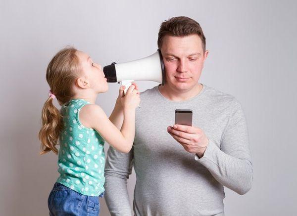 Тато не звертає увагу на дитину через телефон / Фото raisevegan